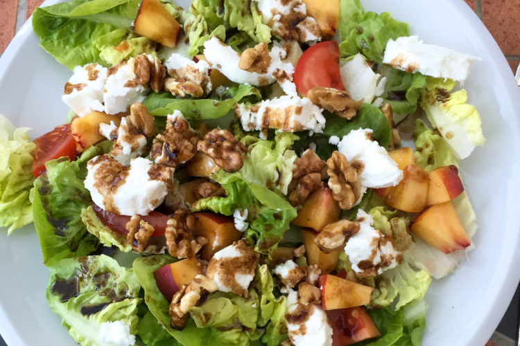 Salát s kozím sýrem, nektarinkou a ořechy