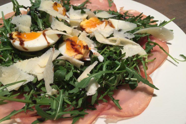 Bleskový salát s lososovou šunkou