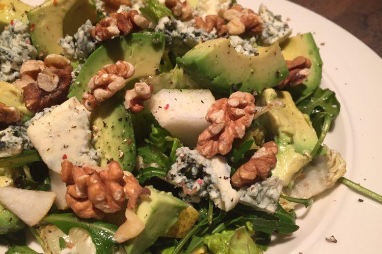 Salát s avokádem, hruškou a modrým sýrem