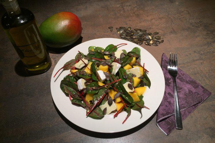 Salát s lístky červené řepy, mangem a camembertem