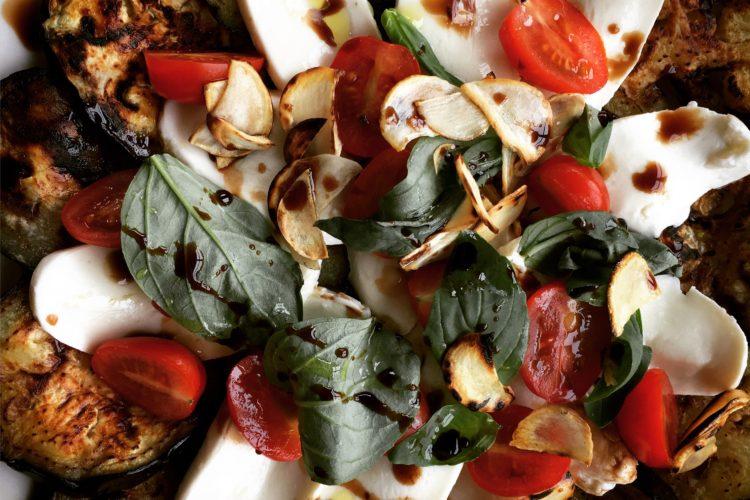 Lilkové caprese s pečeným česnekem a balsamicem
