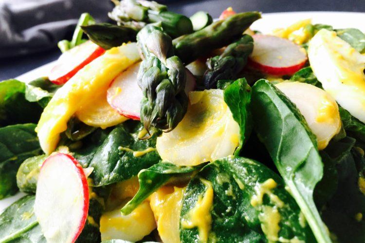 Lehký vajíčkový salát s chřestem a špenátem